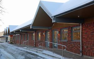 Fasaden mot Köpmangatan har fått nytt tegel.