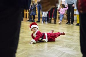 Den spralliga lilla tomten William Jarlheden, 3 år, var mer sugen på att springa runt och busa än att dansa i ring.