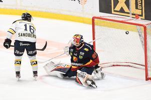 HV71:s Filip Sandberg gör 0-1 bakom Djurgårdens målvakt Niklas Svedberg under torsdagens ishockeymatch i SHL mellan Djurgården och HV71 på Hovet.