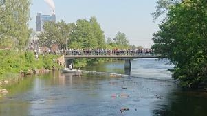 Bron vid målgången fylldes snabbt av en förväntansfull publik som ville se vilka bollar som nådde vinströret först.  Foto: Christina Bodare