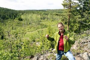 Först att tillfrågas. Leif Öster är den förste privata markägaren som tillfrågades för utplacering av en genetiskt värdefull varg. Den lag som tvingar Naturvårdsverket att begära tillstånd av markägare för placering av varg trädde i kraft bar ett par dagar innan vargflytten till Åsgarn genomfördes.