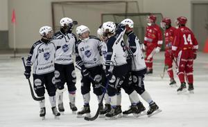IFK Rättvik jublar efter Jesper Nywertz straffmål fram till 2–0. Henrik Cervin med nummer 43 på bröstet i mitten i bild.