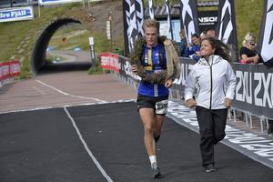 Isac von Krusenstierna, OK Kåre får segerkransen av Pernilla Wiberg för segern på 28 km.