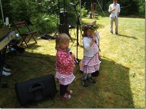 Elsa 2,5 år och Signe 4 år sjunger vid midsommarfesten vid Sennebyhaken. Foto: Gunnel Birath