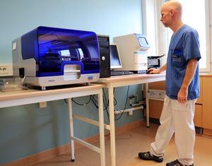 Molekylärbiologen Peter Drobni håller på att ställa i ordning labbet på Östersunds sjukhus.