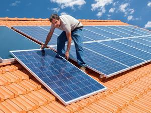 Sugen på egna solceller? Jämför offerter från flera solcellsinstallatörer innan du bestämmer dig för vilka du vill anlita. Priserna kan variera mycket.Bild: Shutterstock
