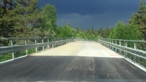 E 45 har åter öppnats söder om Sveg. Arbetet med bron över Inlandsbanan blev klar tio dagar tidigare än beräknat.