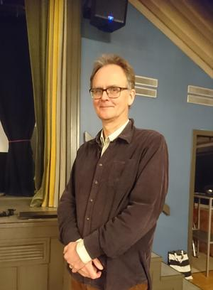 Thomas Ljung berättade om helgonkulter och offerkällor. Foto: Bus Gunnel Åkesson