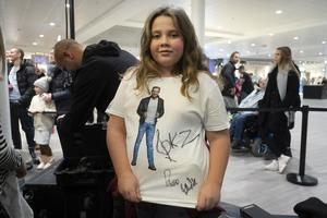 Ellie Johansson fick alla tre Idolernas autografer på tröjan. Gotte är hennes favorit av de som var i Birsta på söndagen.
