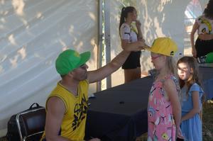 Sean Banan stannade till för autografsignering efter showen.