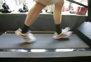 Utprovning av löparskor på Löplabbet i Stockholm. En kund springer på ett löpband och stegen videofilmas. Bild: TT