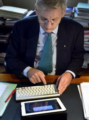 Carl Bildt (M) i färd med att skapa ännu en tweet.