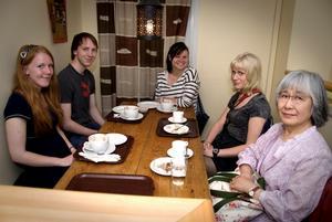 Med japanska språket gemensamt. Från vänster: Johanna Larsson, Kimmo Ahola, Fanny Stray, Viktoria Lindberg och lärare Fumiko Gustafsson.