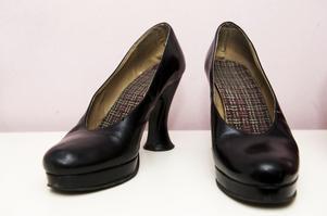 1329e0529c7 Svart sko med annorlunda klack.