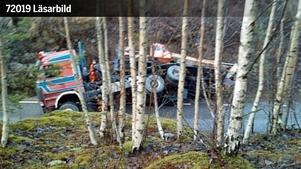 Här kraschade lastbilen av vägen. Flera läsare har skickat in bilder på olyckan till na.se. Den här läsarbilden skickades in vid 13.15-tiden.