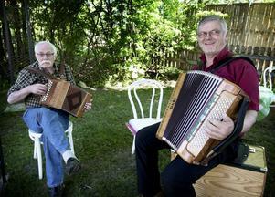 Peter Knut Bergqvist och Torbjörn Nygren bjöd på gemytlig dragspelsmusik.