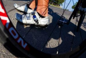 Cykelskorna sitter fast med clips på cykeltrampan. Det gör att Peter Vingstedt kan ge kraft varvet runt. I stället för att bara trampa neråt.