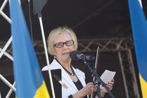 Britt Sandström är första namn för Socialdemokraterna i alla tre valen, lokalt, regionalt och nationellt. Britt Sandström är 73 år och bor på Kristiansborg. Hon har tidigare varit kommunalråd och kommunfullmäktiges ordförande i Västerås.