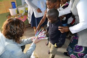 Deltagarna passade på att dela ut tandborstar till barn.Foto: Privat