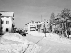 En vinterdag med mycket snö 1948 togs denna bild av hotellet till vänster och Källers till höger.