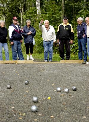 Målmedvetet. Med bästa resultatet i sikte kastar var och en sitt klot. Men det är gemenskapen och de glada skratten som har störst betydelse när pensionärerna träffas vid de nyanlagda bouelbanorna vid Lindholmstorpet.