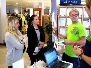 Gävletjejerna Moa Börjesson och Linnea Hultgren letar efter ett säsongsjobb i fjällvärlden. Här pratar de jobbutsikter med Stefan Olsson i Ramundbergets monter.