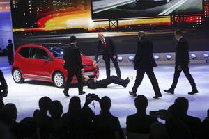 Volkswagen satsar allt på att återställa förtroendet och gjorde parodi på sig själva.
