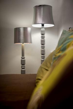 Svarvade och brunbetsade lampfötter med tygskärmar från 70-talet blir som nya med silverfärg och silvertyg.