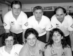 1992. Medaljörerna vid 1992-års DM-final för herrar och damer. Bakre raden från vänster Mats Ahlgren, Västerås BS, Joakim Gustafsson, Triss och Mats Hedfors, Västerå BS,  och . Främre raden Lotta Hedenström, Svalan, Eva Ingvarsson, Jetz och Ewa Johansson, Jetz.