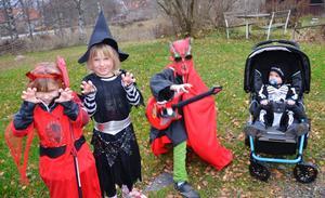 Skrämmande. Greta Larsson, Malva Palmqvist och Liam Holm försöker sätta skräck i omgivningen. Malte Larsson i vagnen tar det hela med ro.
