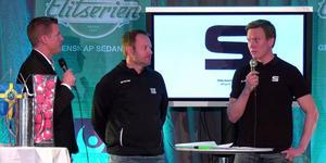 SAIK-tränaren Magnus Muhrén och mittfältsstjärnan Daniel Berlin tillsammans med konferencier Robert Tennisberg under onsdagens upptaktsträff på Flustret i Uppsala.