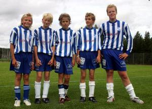 Ett gäng glada målskyttar efter 7—0 mot Selånger/Kovland i P13-åttondelsfinalen. Från vänster: Adam Ull, Linus Ljuslander, Victor Selander, Andre Nilsson, Pontus Nordström.
