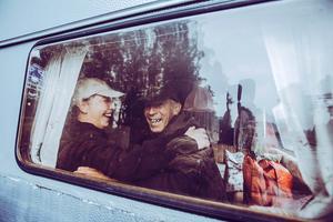 Lyckliga. Efter en artikel i tidningen Situation Stockholm, där hemlösa Madde och Micke jobbar, hörde Södertäljebon Yvonne Baaouni av sig och erbjöd paret att bo i hennes husvagn i väntan på lägenhet.