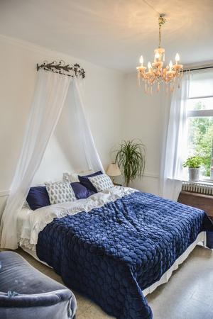 Extra sovrum när något av barnen kommer hem. Drömmigt med sänghimmel.