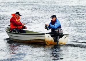 – För lite vatten i älven. Per-Erik Janson och Anders Grönhagen har förklaringen till den minst sagt skrala fiskelyckan. Inte en öring på tre dagar...