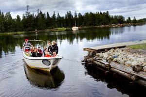 PÅ VÄG. Efter invigningen av Axmar undervattenspark styrde ett gäng båten mot Malmharen för att se på vrak.