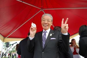 Borgmästare Toshihiko Sentei visar en budskapssten med texten fred