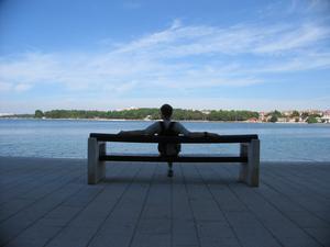 Min bror Robban, sittandes med ryggen mot staden Porec i Kroatien, blickandes ut över Adriatiska havet. För att göra en lång historia kort, det är en 60 årsdag vår far aldrig kommer att glömma.