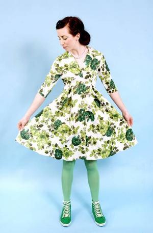 Vårens och även sommarens bästa klänning, fin på picknick och till fest, kommer från Indiska och kostar 399 kr. Gröna skor från Berglövs, 599 kr. Gröna höga strumpor från Åhléns, 2 par för 79 kr. Rosa halsband från Glitter, 69,90.