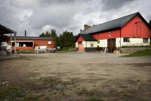 Den gamla verkstadslokalen får vara skola i åtminstone tre år.
