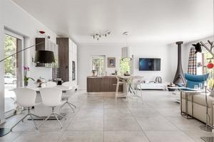 Huset är inrett i modern stil.