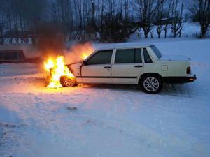 En bil började brinna i Rafstjöhöjden.