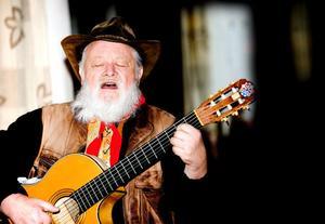 trubaduren och visforskaren Sid Jansson besökte på torsdagskvällen Vänsterhörnet där han bjöd på såväl historier om våra stora trubadurer som kultur i form av burleska visor och dikter. Foto:Johan Solum