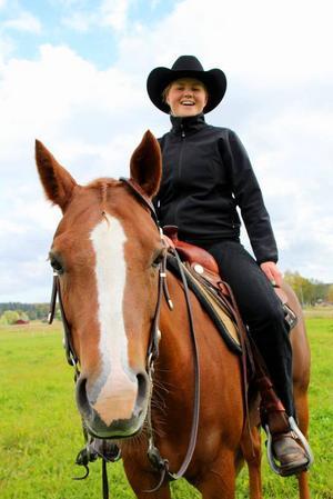 Hästens dag i Hagsta. Stina Johansson med quarterhästen Show Miss Sammy representerade westernridningen.