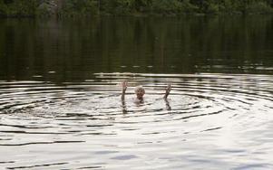 Mary Engwall tar sig det dagliga doppet. Foto: Josefin Pikkarainen