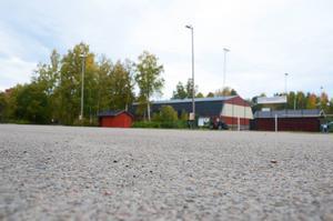 Asfaltytan vid Solrosens IP används i dag som parkeringsplats. Till sommaren ska det byggas betongpark och multiarena här.