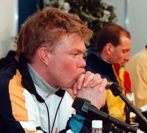 Mathias deppar på presskonferensen efter bortvallningen i stafetten under VM i Trondheim 1997.