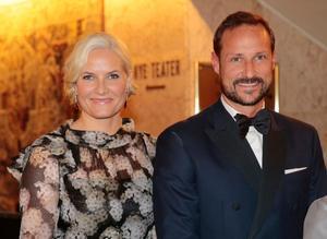 Norska kronprinsparet Haakon och Mette-Marit kommer på prinsbröllopet i morgon.