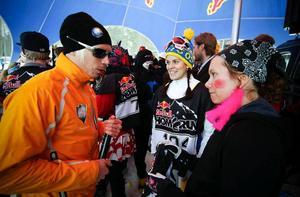 New Swedens Peter Larsson i samspråk med påskkärringen Sara Lindborg innan start. Till vänster om Sara syns Åsarnas Jenny Limby som uppenbarligen var beredd på hög fart från Björnberget och in mot mål.