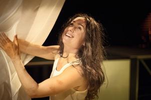 """ANGELÄGEN. """"Katitzi"""" är en pjäs om att växa upp som rom i Sverige, som blir minnesvärd tack vare Cecilia Milocco i titelrollen, här tillsammans med Sara Wikström som Mami."""